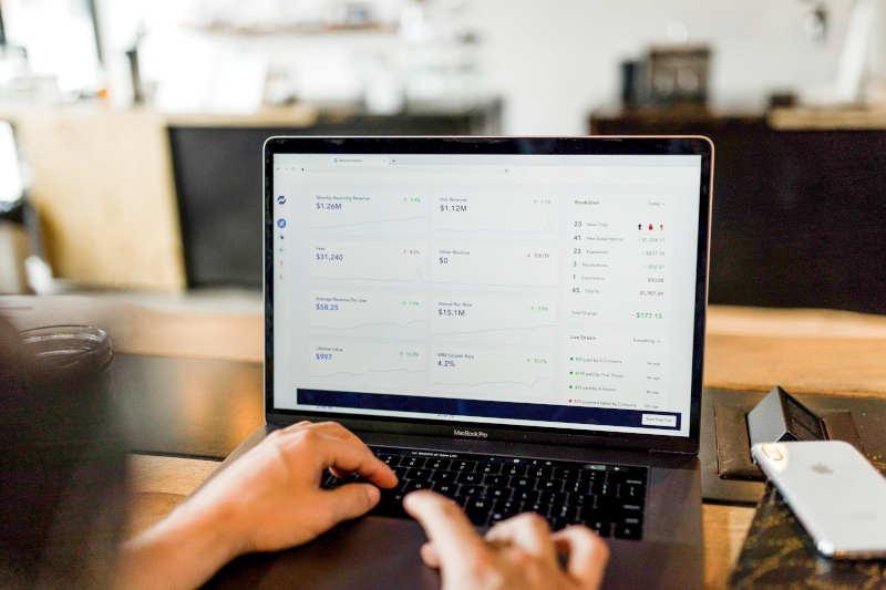 Digitale Buchführung mit einem Notebook
